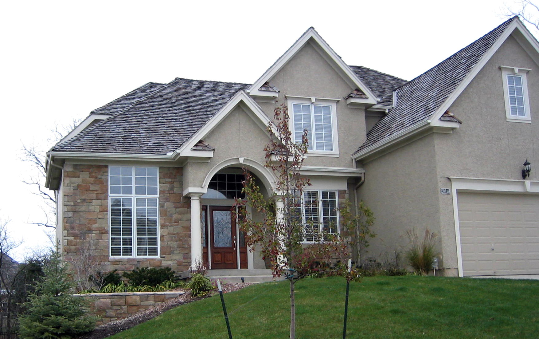 Design Stucco And Stone Homes creating an ancient roman villa look with stone cladding and if you strive for authenticity then using off white stucco walls canyon red clay roof shingles will do the tr